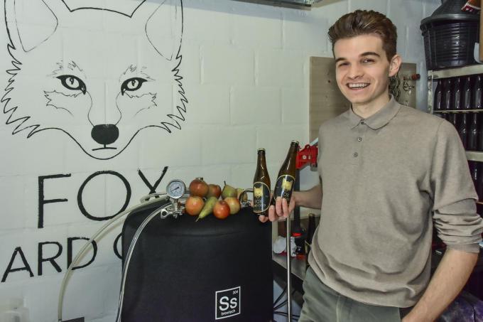 Maxime Claeys is de jongste deelnemer aan de streekgerechten- en productenwedstrijd. In zijn garage brouwt hij zijn Fox Cider.© Foto LVW