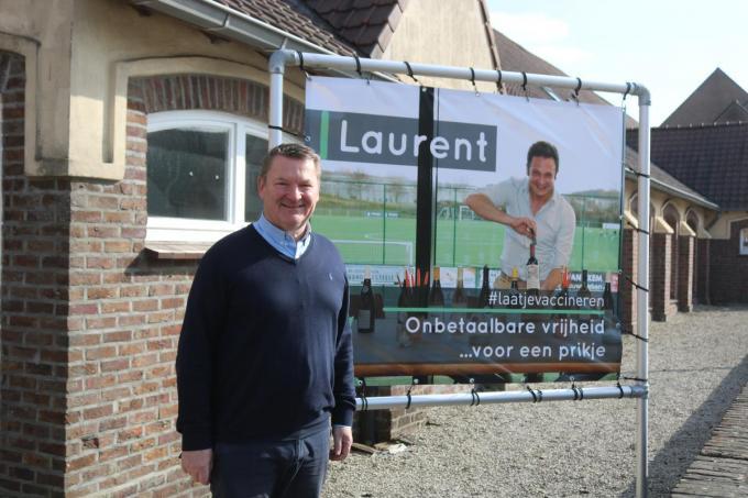 Burgemeester Joris Hinryckx poseert naast een van de banners.© AC