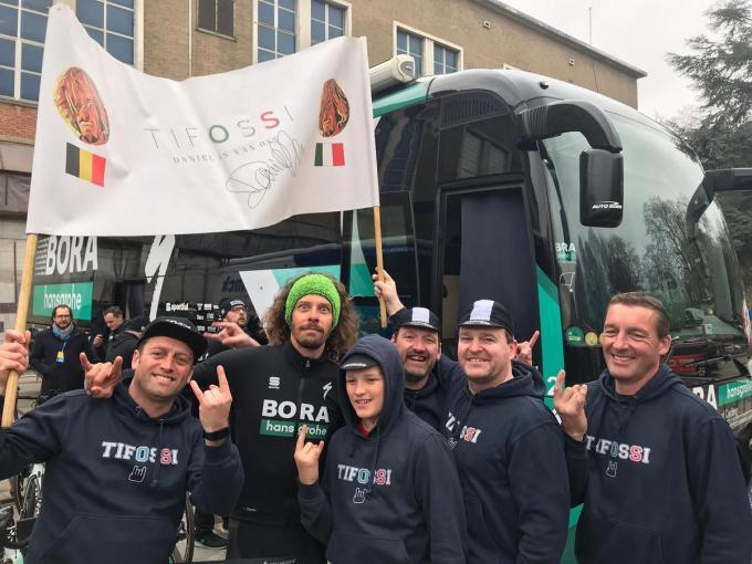 De Italiaanse wielrenner Daniel Oss geflankeerd door Ward Vandemaele, Axel Ballekens, Joeri Ballekens, Nick Opbrouck en Steve Demeurie. (Foto DRD)