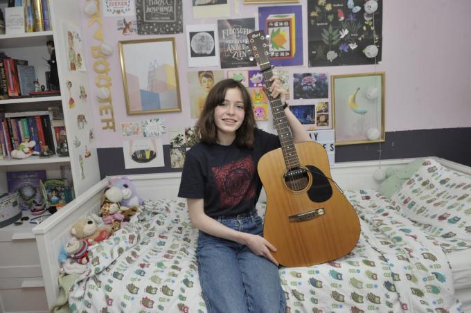 Helena én haar gitaar. Ze speelt er vaak op.© PADI