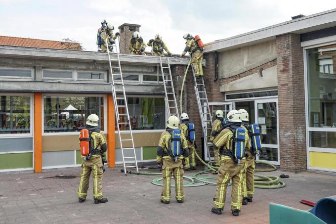 De brandweer moest een stuk van het dak wegzagen.© CLL