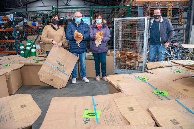 De Minaraad hielp mee bij de kippenactie: v.l.n.r. Nadia Staes, Ronny Mistiaen, Ria Ampe en Thomas Segers.© FM