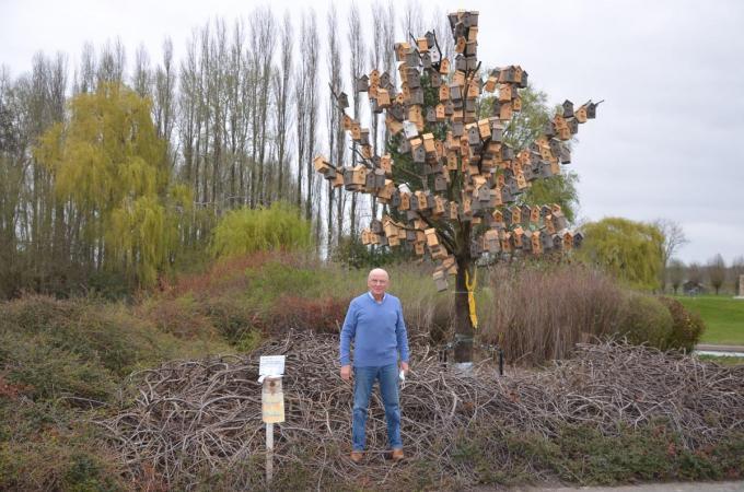Gilbert Defoort bij de oude eik die hij omvormde tot vogelhotel. Hoeveel nestkastjes hangen er?© BRU