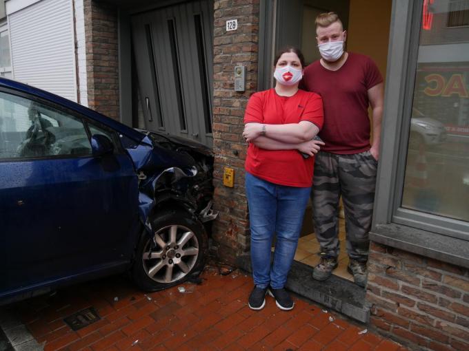De auto boorde zich in de garagepoort van Eline en Bert.© cbm