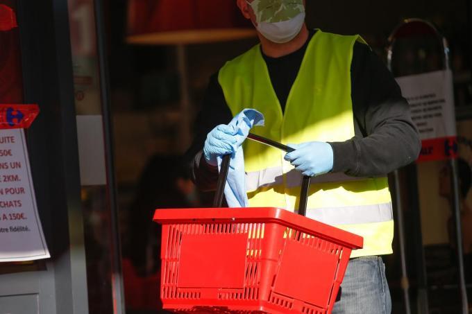 De winkelmandjes van Carrefour keren blijkbaar niet allemaal terug in de winkel.© Belga