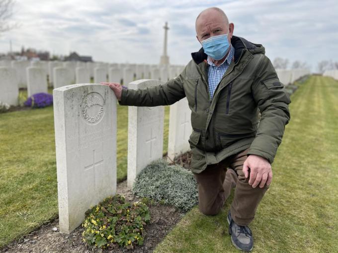 Freddy Declerck bij het naamloze grafzerk van Ernest Parry op Dochy Farm New British Cemetery in Langemark-Poelkapelle.© TP