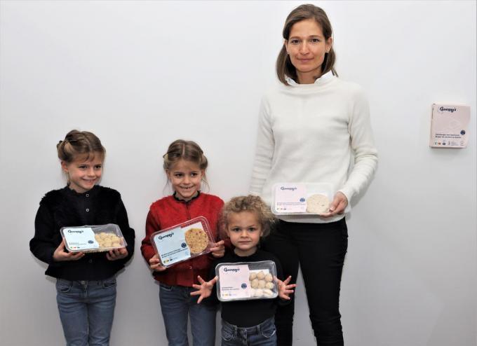 Gwendolien Delcour, samen met haar kindjes: de tweeling Valentine en Hélene, en Romanie.© MVO