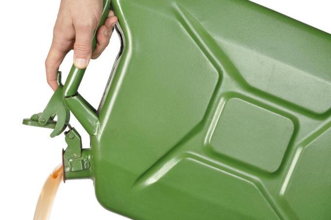 De man nam een bidon met bio-ethanol, een slijpsteen, een handdoek en latex handschoenen mee.© iStock