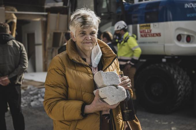 Frieda Van Themsche, echtgenote van de voormalige zaakvoerder Jan Vandenbroucke van Vanok, nam twee stukken stenen uit de gebouwen mee naar huis.© Olaf Verhaeghe