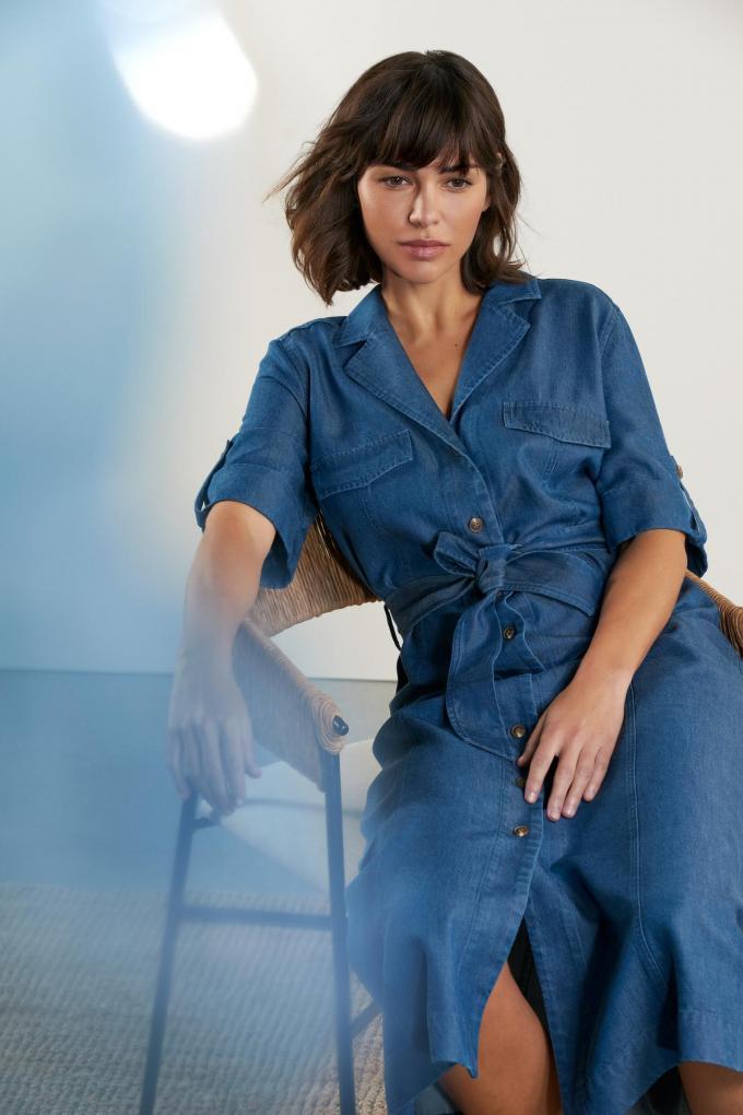 Een zomers alternatief voor de jeansbroek: doorknoopjeansjurk in licht tencel (239 euro), van Amania Mo.© Kurt Anthierens