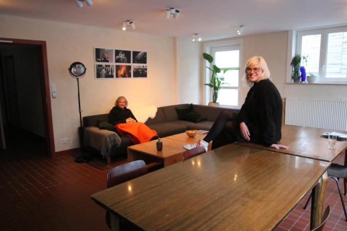Patrick Smagghe maakt het zich gemakkelijk, terwijl Eline Adam lachend toekijkt in de nieuwe leefruimte van de vernieuwde artiestenresidentie.© ACK