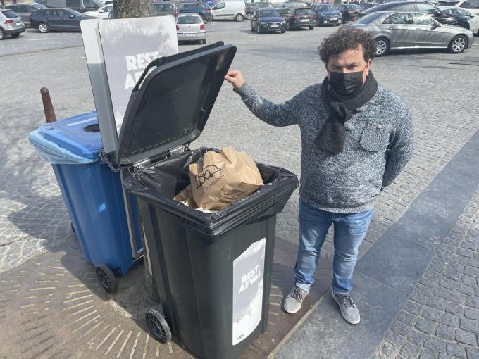 """Valentijn Despeghel: """"Tijdens de lockdownperiodes stelden we vast dat de bestaande vuilbakken bij de Grote Markt te snel vol zaten met verpakkingen van takeaway.""""© TP"""