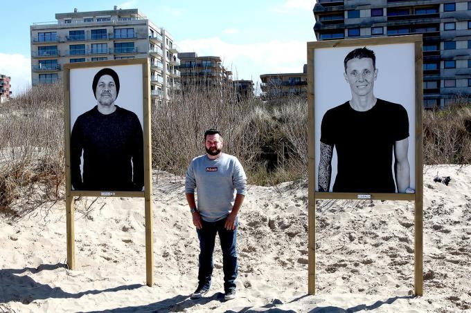 Frank Lambrechts tussen de portretten van de broers Gert en Sam Bettens op 't strand van De Panne.© PADI/Daniël