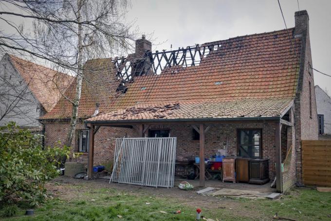 De vlammen verspreidden zich snel op de bovenverdieping.© cll