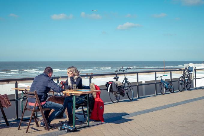 In Middelkerke liet burgemeester Jean-Marie Dedecker tafels en stoelen plaatsen als alternatiev voor de horecaterrassen.©Luc Cassiman