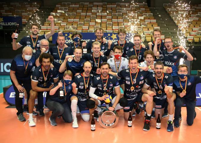 De vreugde bij de spelers was groot na afloop, het is al de twaalfde titel voor Knack Volley.© VDB