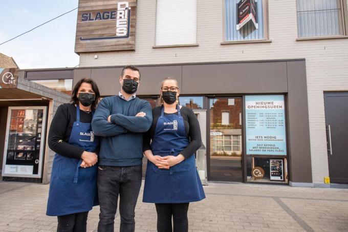 Dries Tytgat zet zijn slagerij in Izegem stop. Hij wordt geflankeerd door links Els Vandecasteele en rechts Thalyssa Vandamme. (foto Frank)© Frank Meurisse