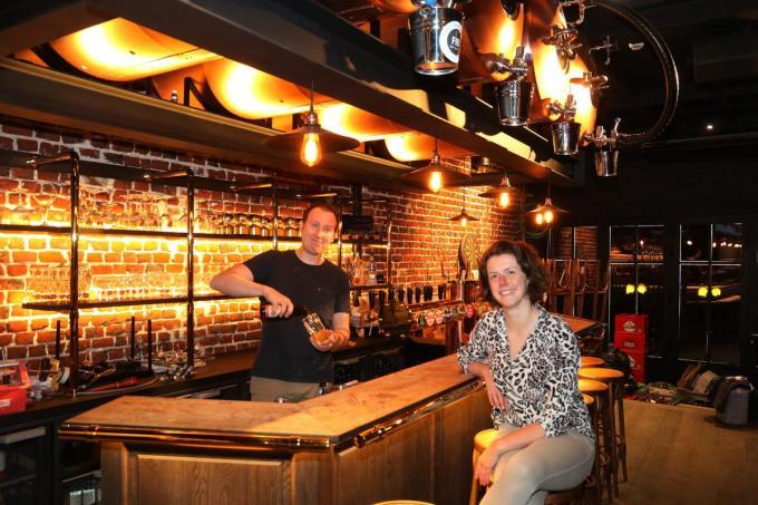 Klaas Segers, samen met zijn vrouw Liesa Ennaert in het nieuwe pand met boven hen de biertanks.©Eric Flamand EF