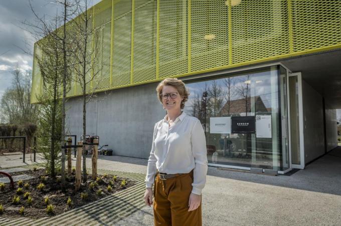 Karlijn Lafaut begon twintig jaar geleden met een kinepraktijk bij haar thuis, de afgelopen jaren werd op twee locaties gewerkt. Vanaf maandag kun je in de Oekensestraat terecht. (foto SB)© Stefaan Beel
