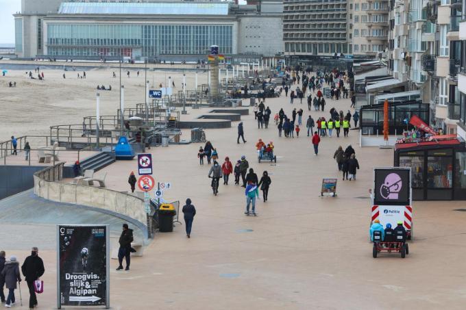 Door het matige weer en de coronamaatregelen werd het in de paasvakantie nooit overdreven druk aan zee, zo zien we ook in Oostende.©Peter MAENHOUDT