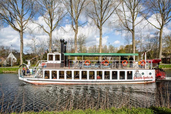 De Lamme Goedzak mag varen omdat zijn klanten passagiers en geen toeristen zijn....© Davy Coghe
