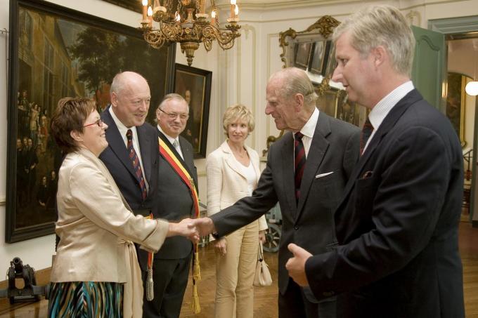 Prins Philip geeft een hand aan mevrouw Moenaert, de echtgenote van de Brugse burgemeester in 2006. We herkennen ook gouverneur Paul Breyne en Koning Filip. (Foto Stad Brugge)
