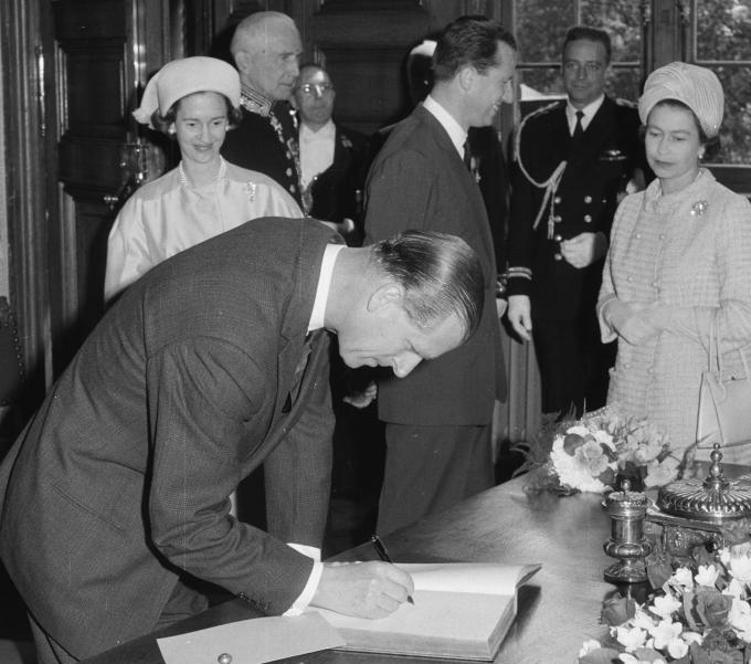 In 1966 was prins Philip samen met Koningin Elisabeth II te gast in Brugge. In het stadhuis ondertekende hij het Gulden Boek. We herkennen ook Koning Boudewijn en Koningin Fabiola. (Foto Erfgoedcel Brugge)