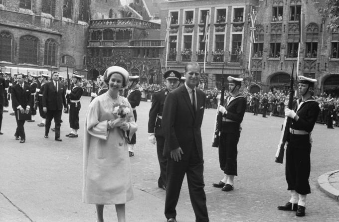 Prins Philip, hier in het gezelschap van de Belgische Koningin Fabiola, in 1966 op de Burg in Brugge. (foto Erfgoedcel/Beeldbank Brugge)