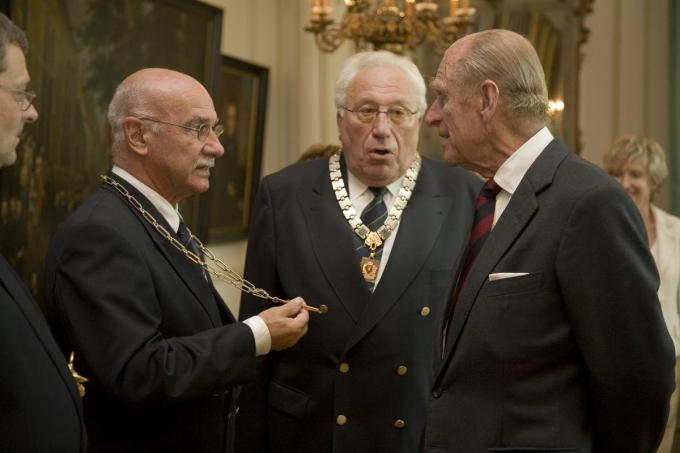 Prins Philip met enkele schutters van de Sint-Sebastiaansgilde in 2006 in Brugge. (Foto Stad Brugge)