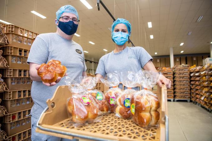 Kevin en Sarah van Vermauts Boerenbrood Lendelede tonen de gelukskoekjes van Crelem Bakeries.©Frank Meurisse Frank Meurisse