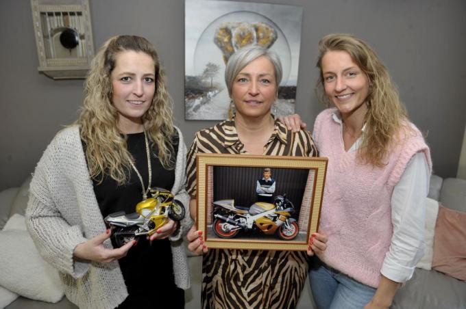 Claudia met de foto van haar overleden man Ronny. Tessa houdt de miniatuur-motorfiets vast. Rechts staat Talia. (foto FODI)©PADI