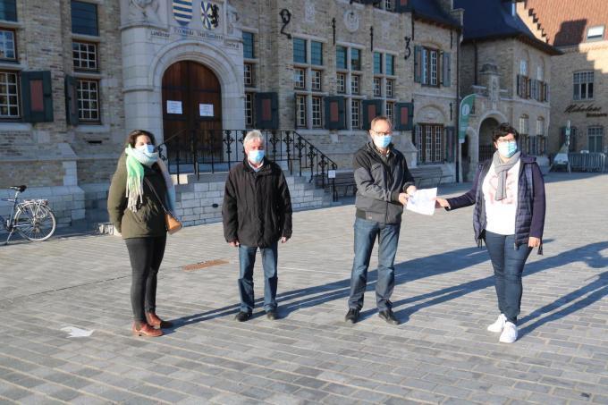 Melissa Monteyne, schepen Marc Deprez en Karel Van der Meeren (voorzitter bewonersplatform Esen), die de petitie overhandigt aan burgemeester Lies Laridon.© ACK