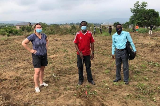 Katrien Jacobs, hier in het gezelschap van Eric Kapita en Andre Pindi, op het stuk grond waar ze het project Honorine wil realiseren.© IV