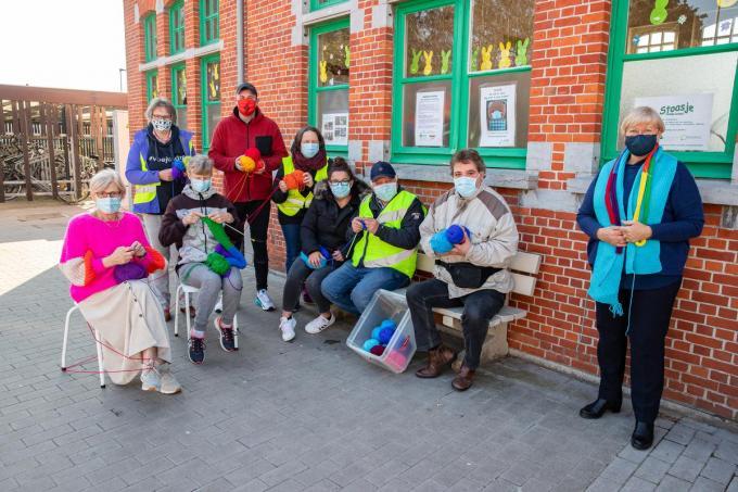 De gemeente Kortemark organiseert een Grote Breiactie om sjaals in de regenboogkleuren te maken.© Foto Kurt