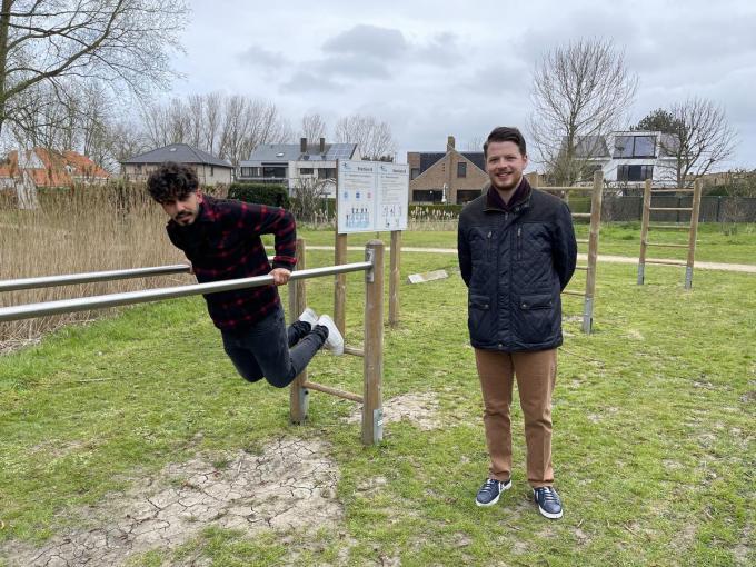 Buurtbewoner Adeel Hakimi en gemeenteraadslid Michael Vanhee (Vooruit) pleitten eerder al voor nieuwe fitnesstoestellen.© JRO