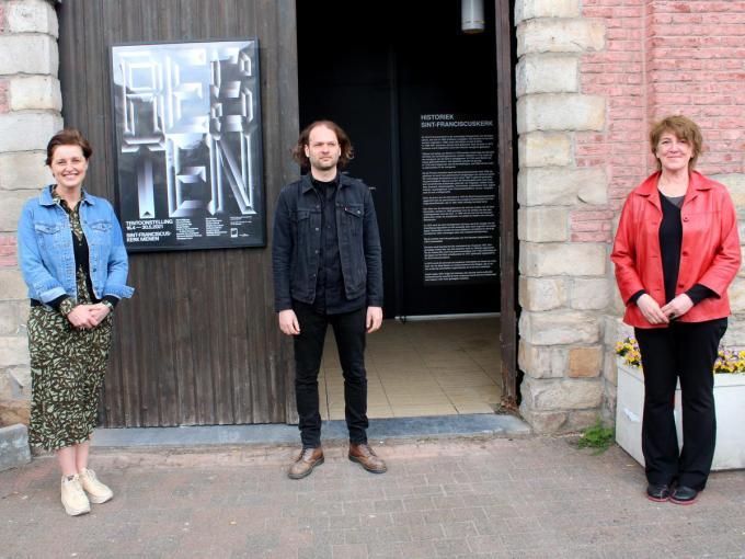 Schepen Griet Vanryckeghem, algemene coördinator Chiel Vandenberghe en curator Chantal Pollier verschaften tekst en uitleg bij de tentoonstelling.© WO
