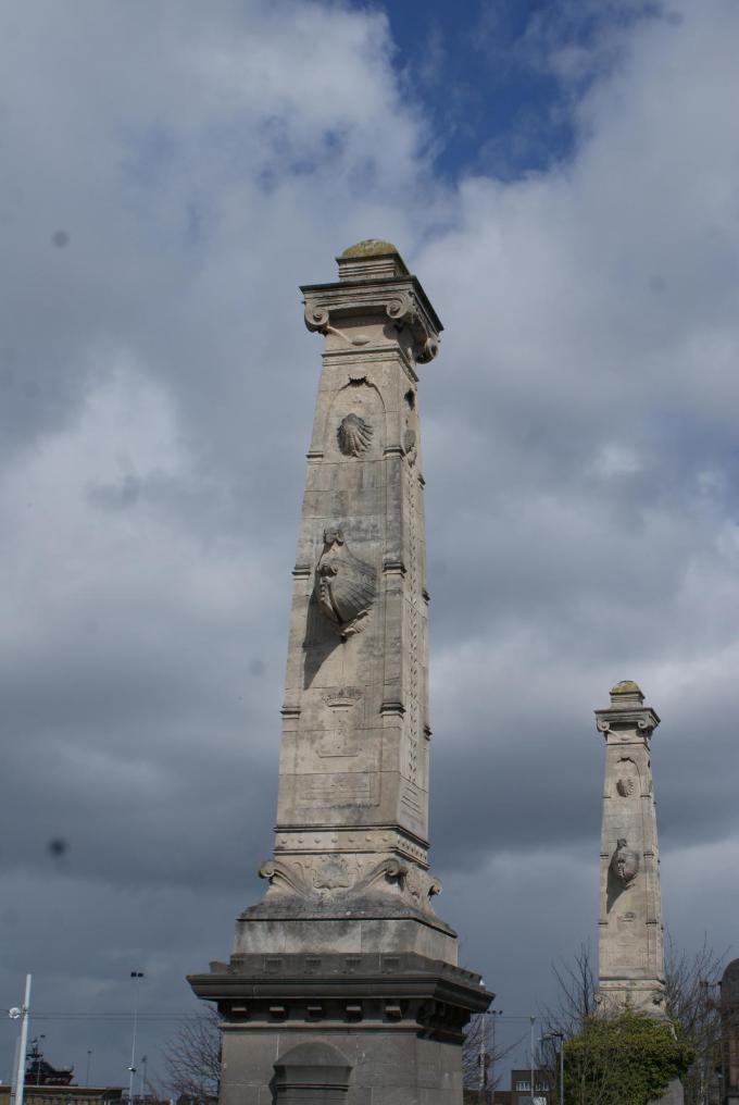 De maritiem geïnspireerde bas-reliëfs van Karel de Kesel verwijzen naar de vroegere aanwezigheid van het gedempte kanaal.© ML