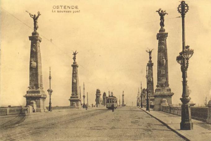 De vrouwenbeelden bovenop de pijlers verdwenen tijdens de Eerste Wereldoorlog in de Duitse oorlogsovens.© gf