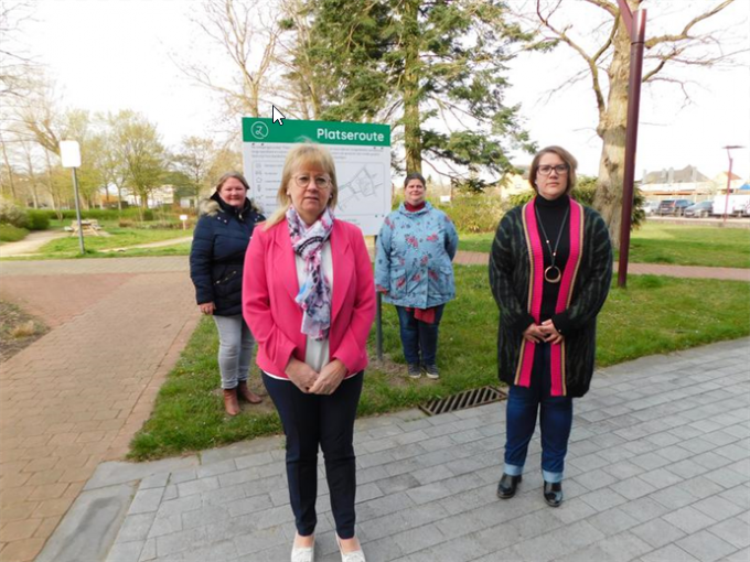 Vooraan burgemeester Annick Vermeulen en schepen Ellen Goes, achteraan Anja Bardyn , directeur sociale zaken, en Ingrid Ballieu, lid van de Andersvalidenraad, aan het bord ter hoogte van het gemeentehuis.© BC