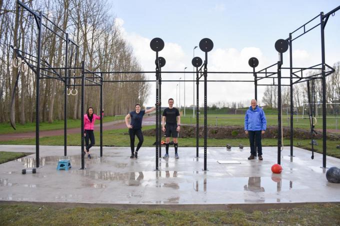 Schepenen Bart Plasschaert (rechts) en Björn Anseeuw (tweede van rechts) kondigden deze week aan dat er op sportpark De Schorre een CrossFit-installatie komt.© gf
