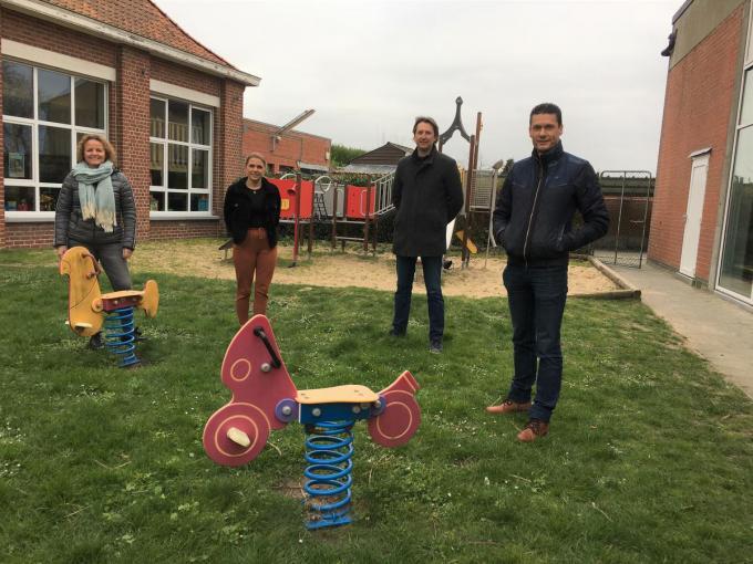 Marieke Daneels en Loes Ostyn van Boezinge Speelt, schooldirecteur Giovani Tommeleyn en Lieven Dupont van het schoolbestuur.© fb