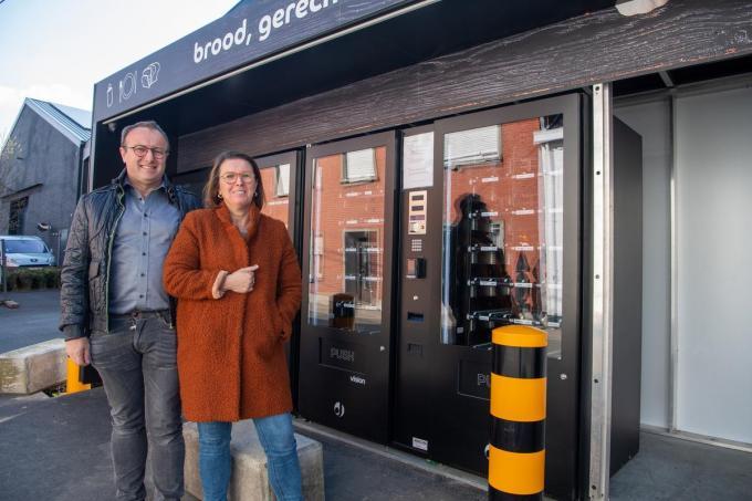 Johan Coghe en Nancy Vandekerckhove bij hun automatenshop.© Frank Meurisse