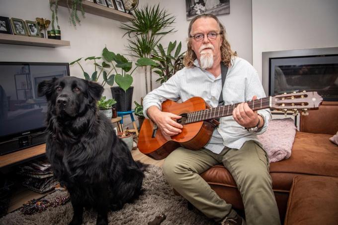 Meester Jef Vansteeland met zijn trouwe luitenant Bobbie en gitaar ter hand. Muziek is nooit ver weg in leven. (foto Frank)©Frank Meurisse Frank Meurisse