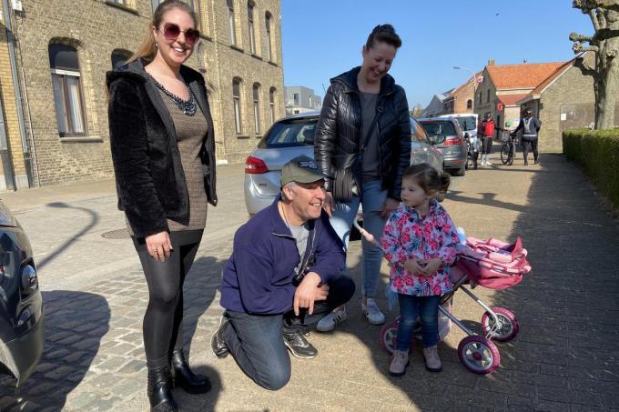 Emelie Vermoote met haar ouders en haar dochter: 'Mensen praten hier nog met elkaar.'© KVdm