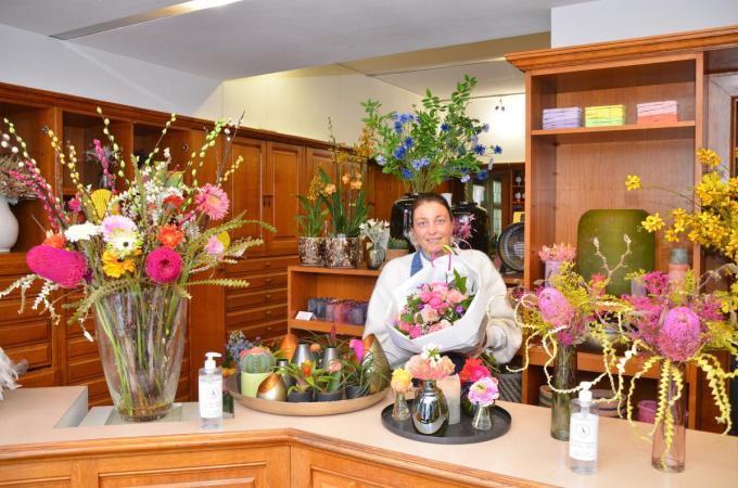 Floriste Liesbeth Vercruysse opende onlangs een bloemenzaak in de voormalige apotheek Accou, gelegen op het Kuurnse Marktplein.© BRU