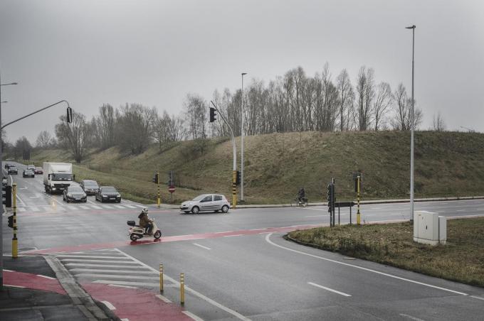 Het kruispunt met de Brugsesteenweg is een van de knelpunten die met een doorgetrokken R8 veiliger moet worden.© Olaf Verhaeghe