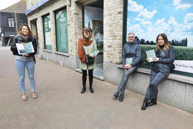 Met het Belpop-boek over Rock Torhout in de hand van links naar rechts Lieselotte Denolf (schepen), Aukelyn Allary (cc de Brouckere), Noël Steen (pionier van het festival) en Karien Bardoel (cc de Brouckere).©Johan Sabbe