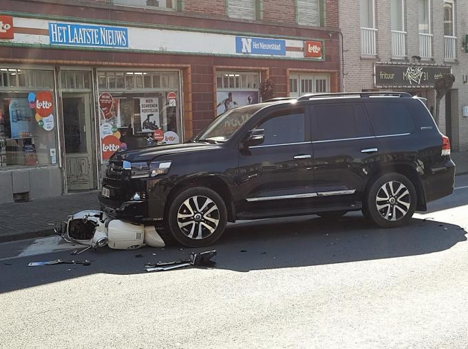 De bestuurster van de bromfiets raakte zwaargewond.© BF