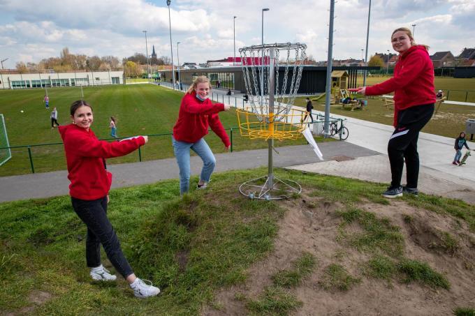 Speelpleinanimatoren Axelle De Smedt, Margaux Merlevede en Kyana Glorieux testen het Frisbee Golf Parcours uit.© foto Kurt