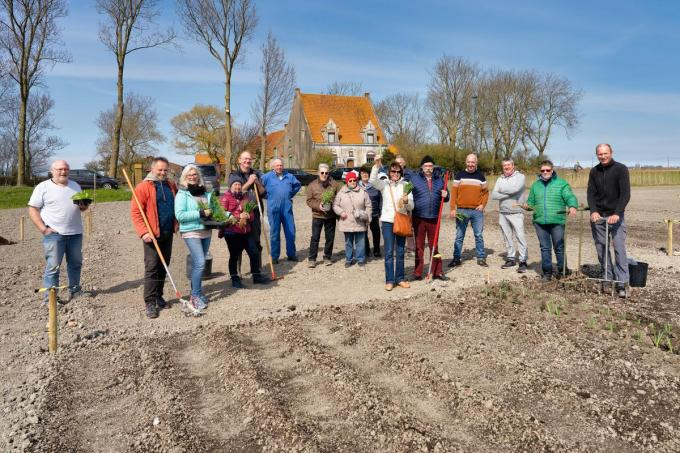 Johan Töpke en Marc Buelens gingen op zoek naar een nieuwe locatie voor volkstuintjes en vonden die dankzij Eddy Durnez in Wilskerke. In een mum van tijd kwamen zich heel wat hobbytuiniers aanmelden.©luc cassiman